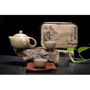 Глиняный чайник и четыре пиалки в чехле